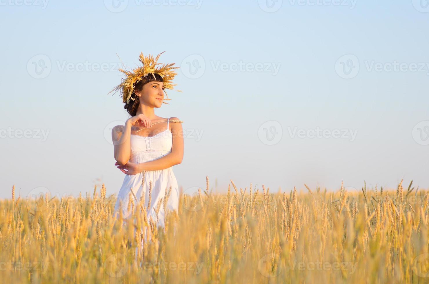 ragazza sul campo di grano foto