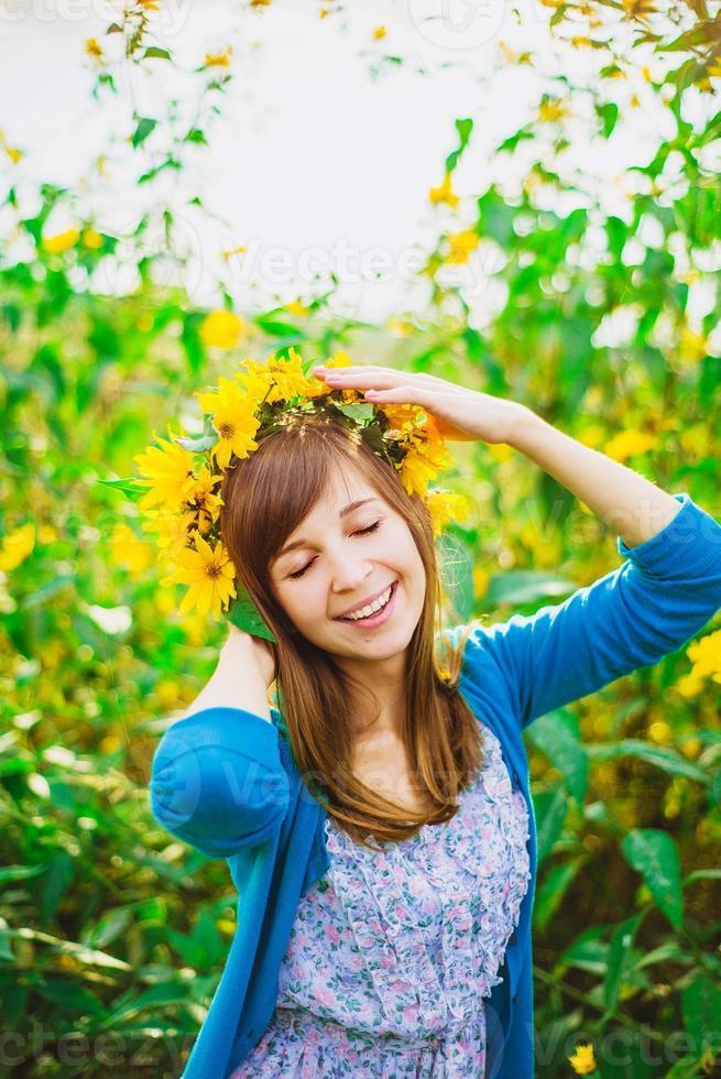 ragazza felice e corona gialla foto