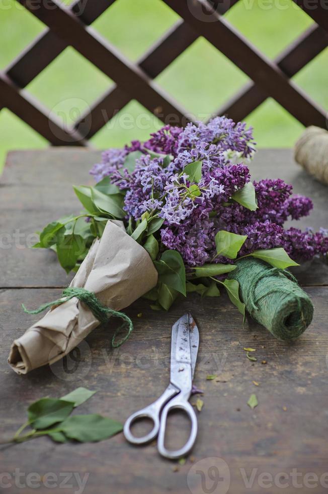 bouquet lilla in ghirlanda di carta con forbici vintage foto