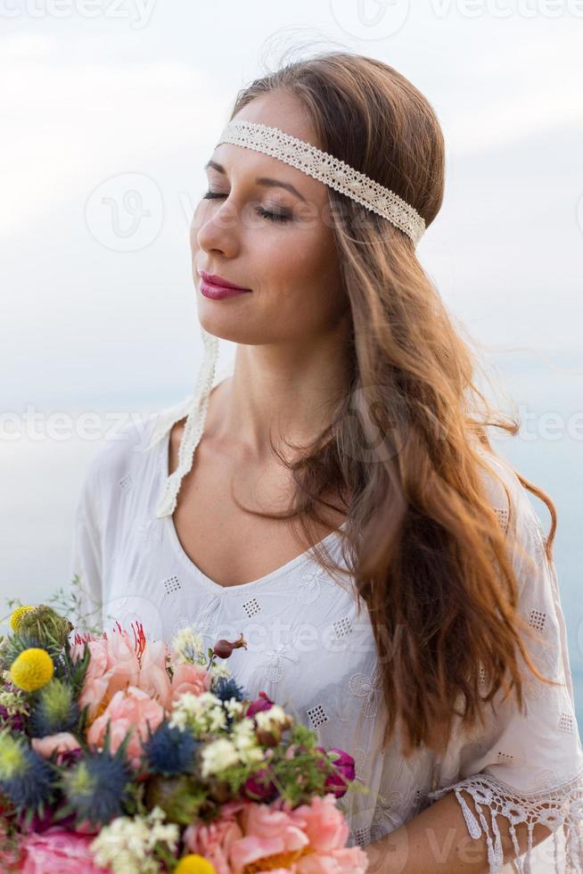 ragazza con uno stile boho bouquet da sposa foto