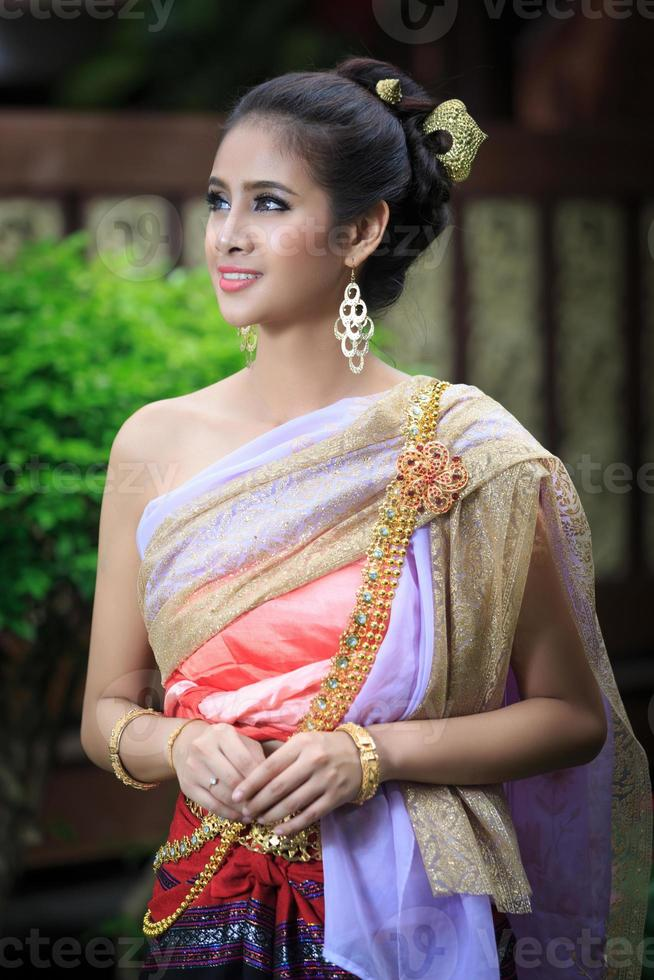 donna tailandese in costume tradizionale foto