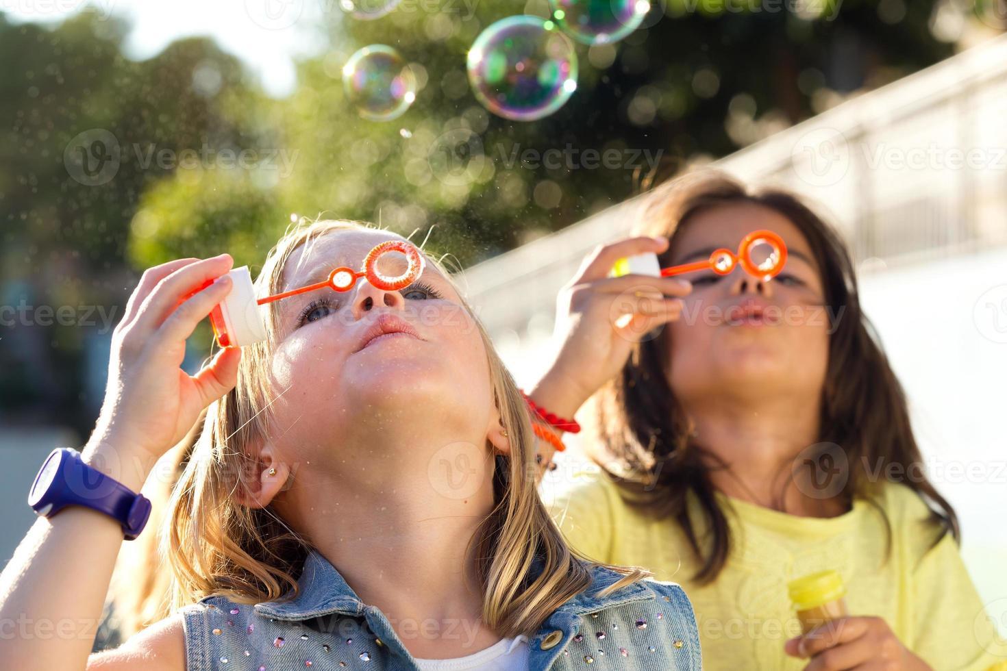 gruppo di bambini che si divertono nel parco. foto