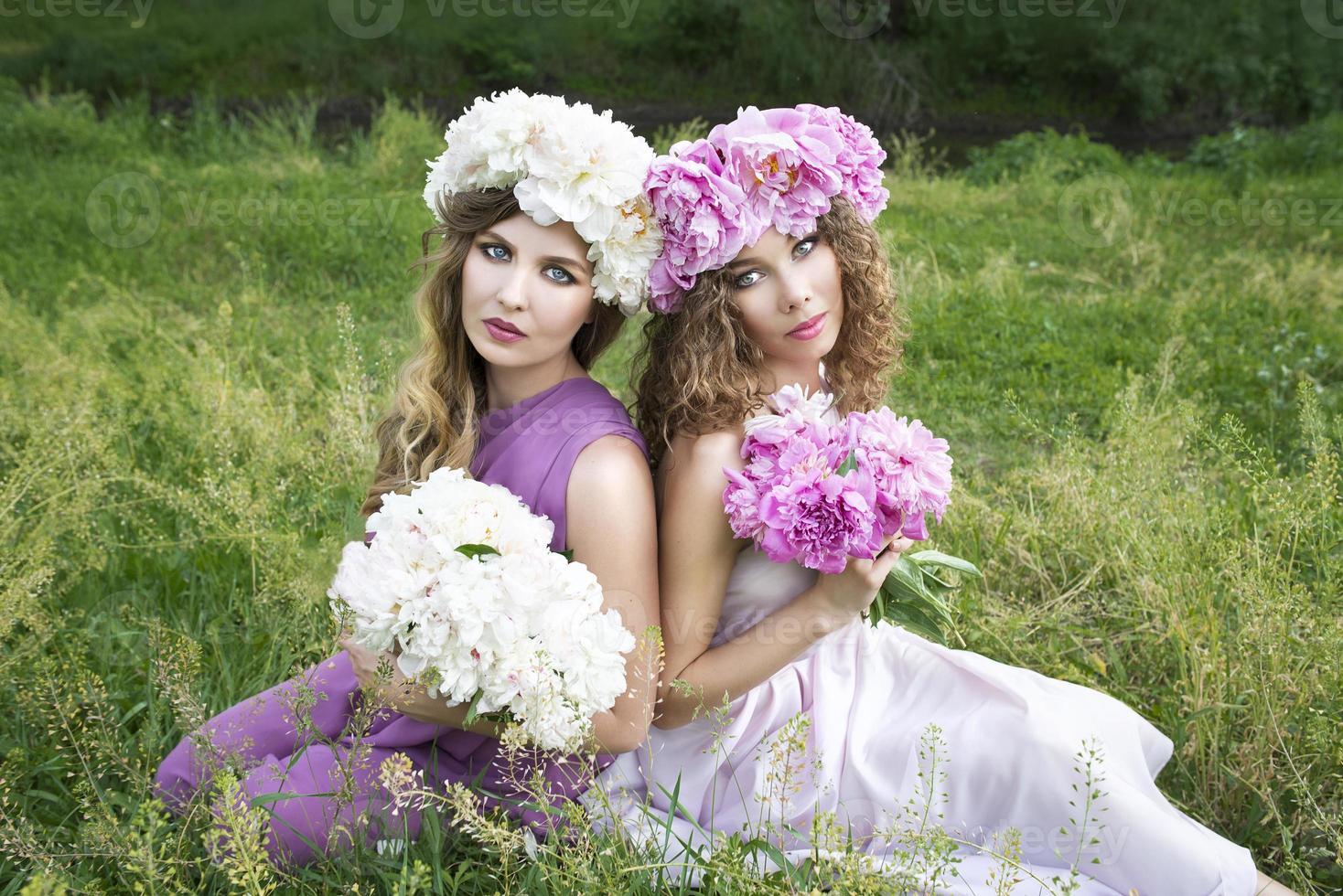 due giovani ragazze con ghirlanda di peonia rosa foto