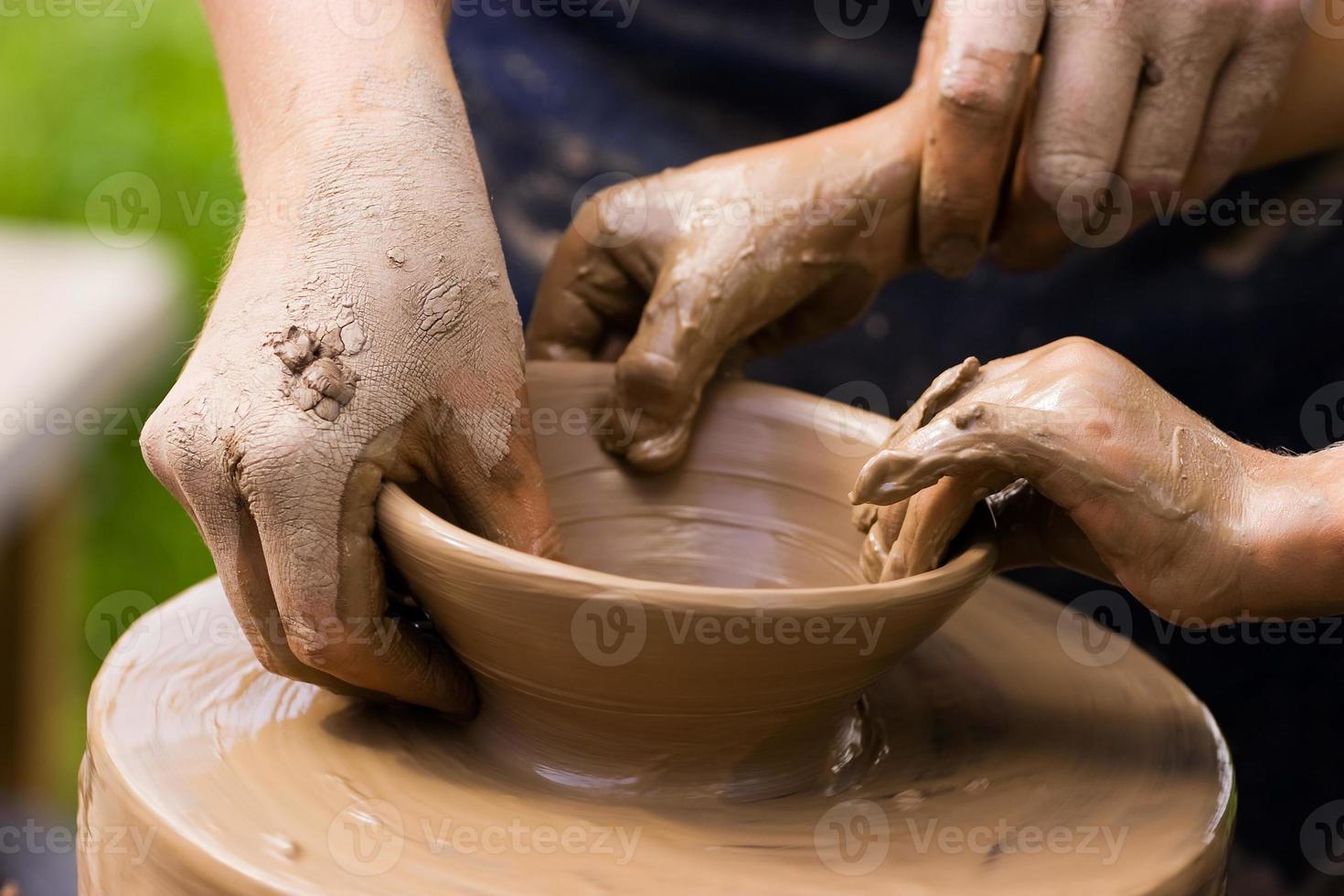 vasai e mani di bambini foto