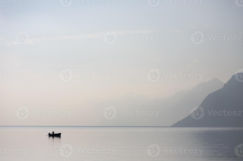 barca solitaria nel lago di garda foto