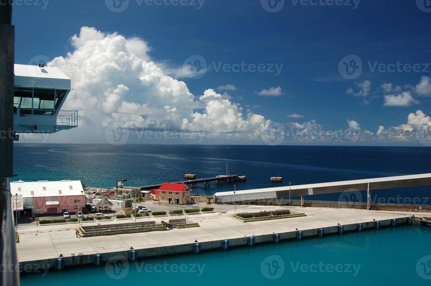 giornata di sole nel porto tropicale foto