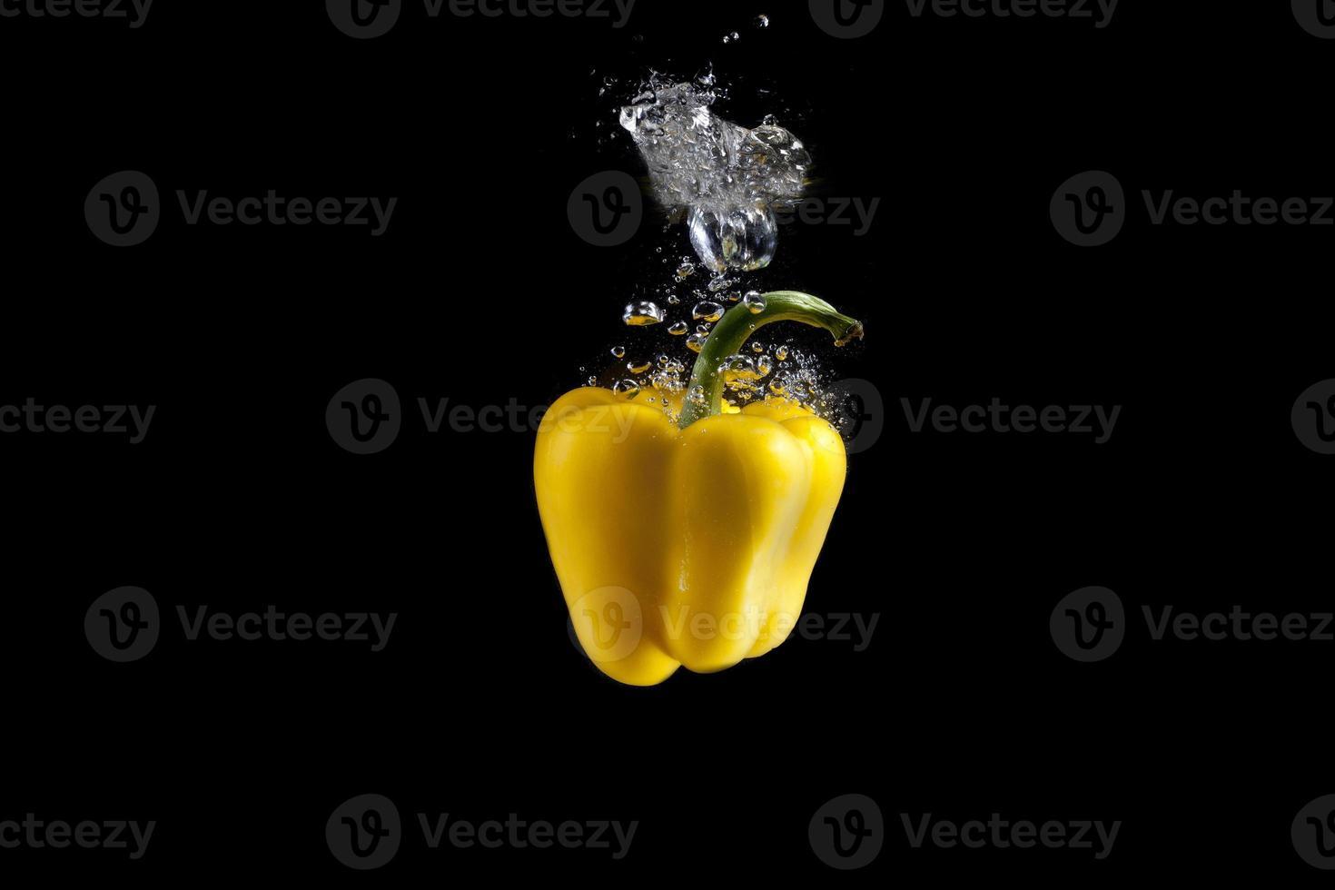 verdura fresca è caduta in acqua con spruzzata sul backgrou nero foto
