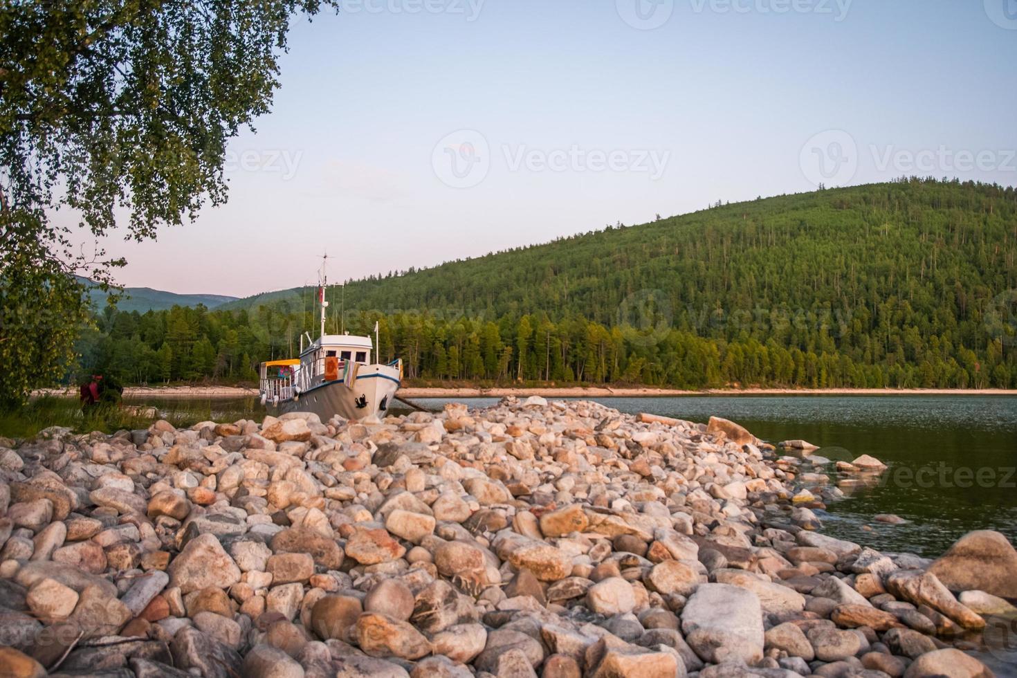 nave vicino alla riva, lago baikal, russia foto