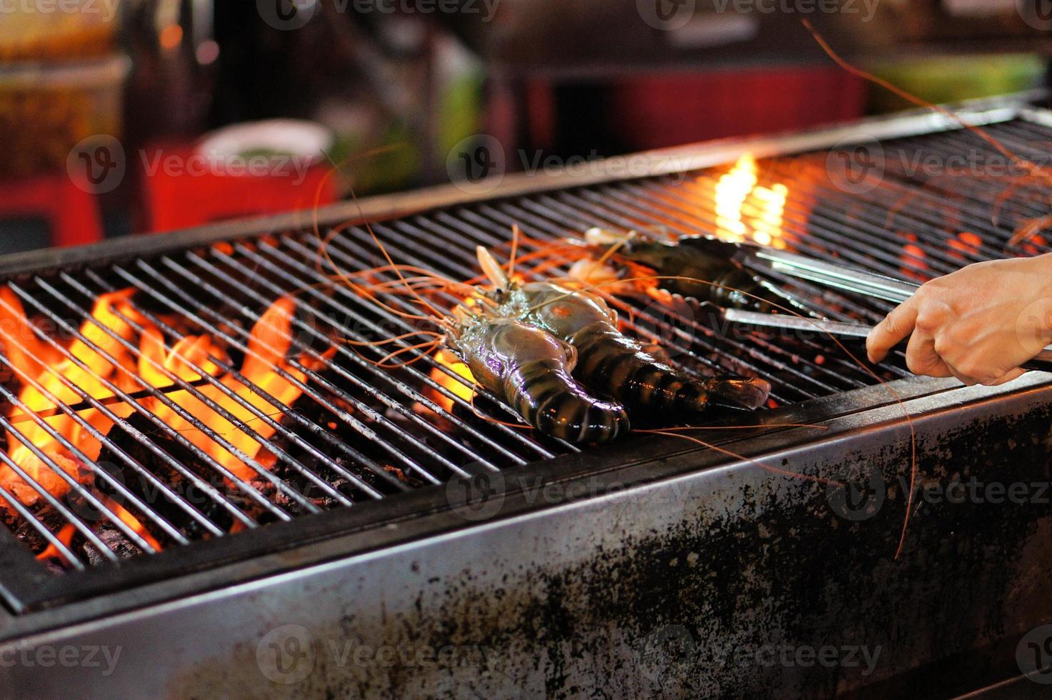 gamberi alla griglia sulla griglia fiammeggiante foto
