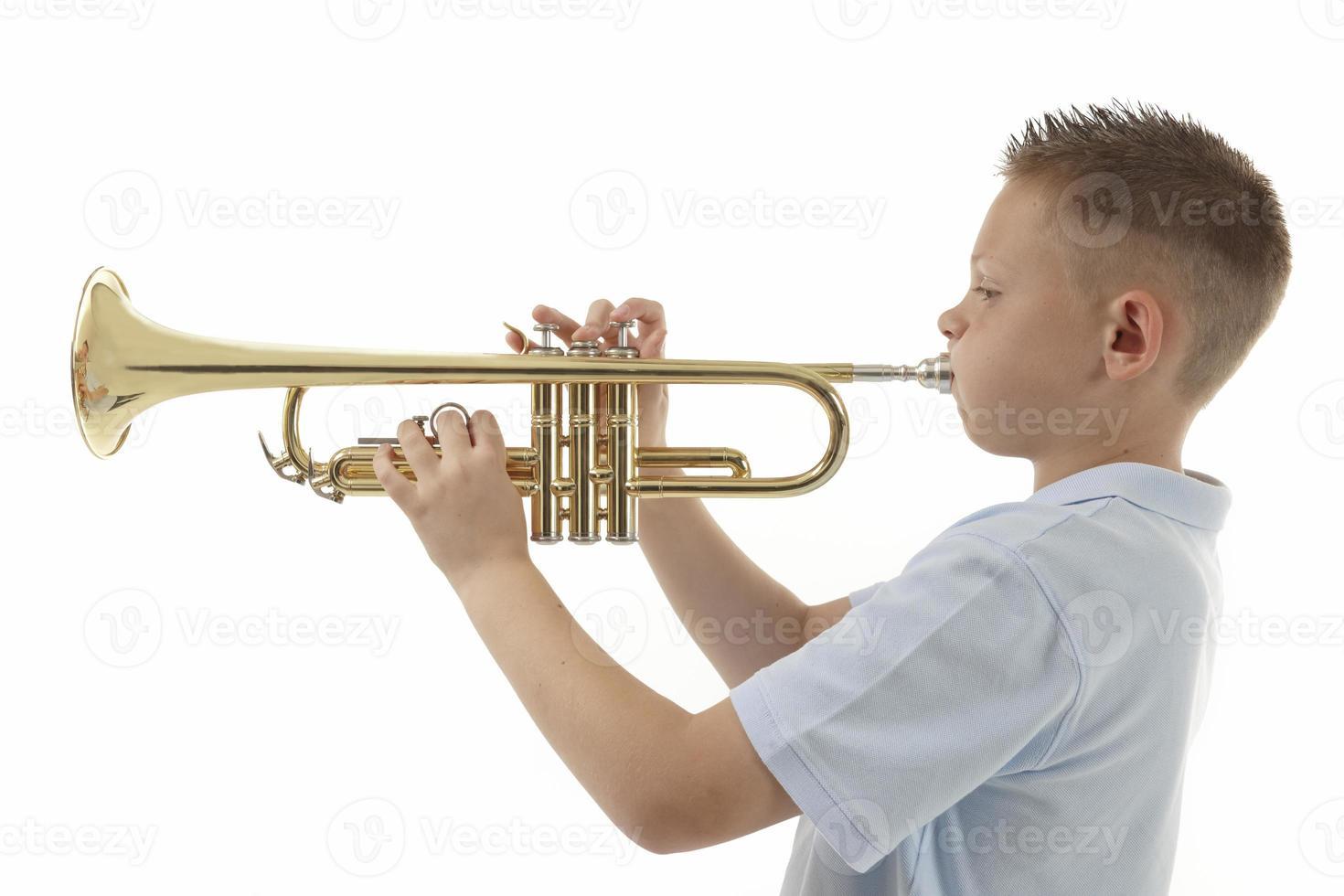 ragazzo che suona la tromba foto