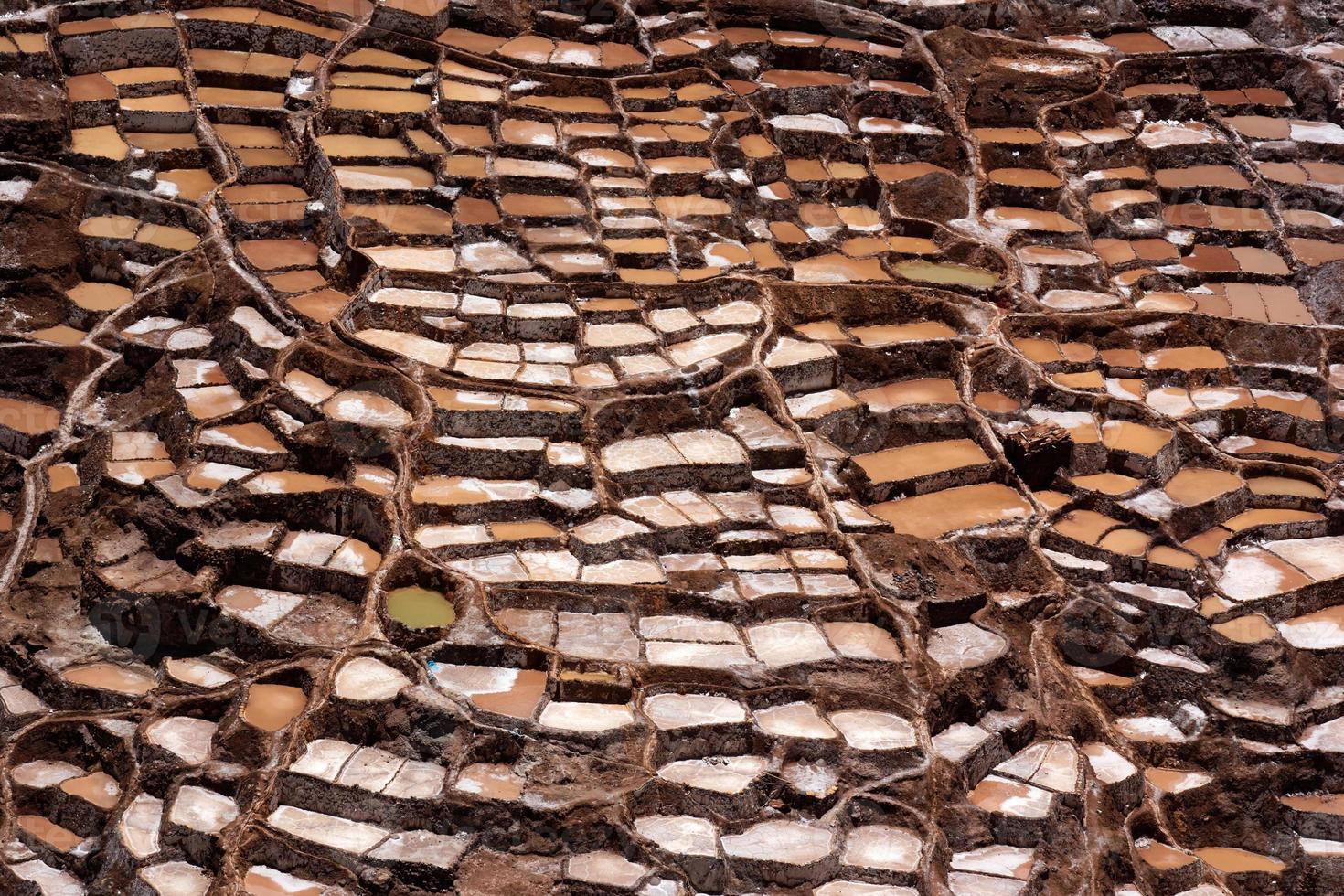 stagni di evaporazione del sale a maras in perù foto