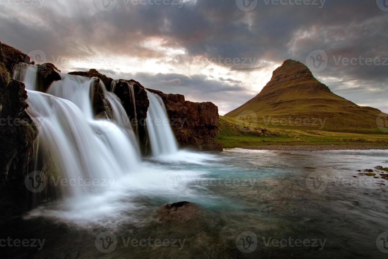 cascata con vulcano in islanda foto