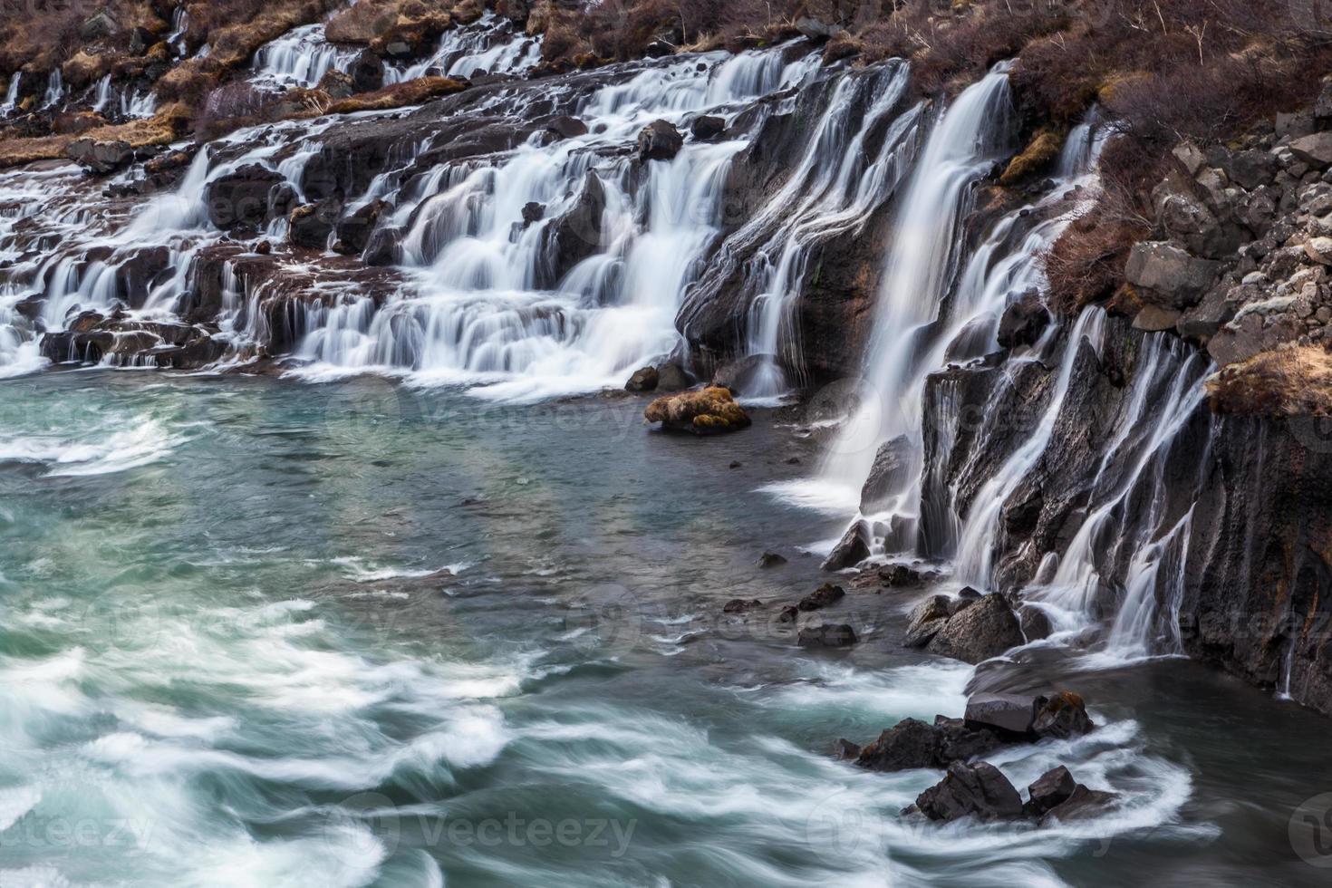 cascata hraunfossar in islanda foto