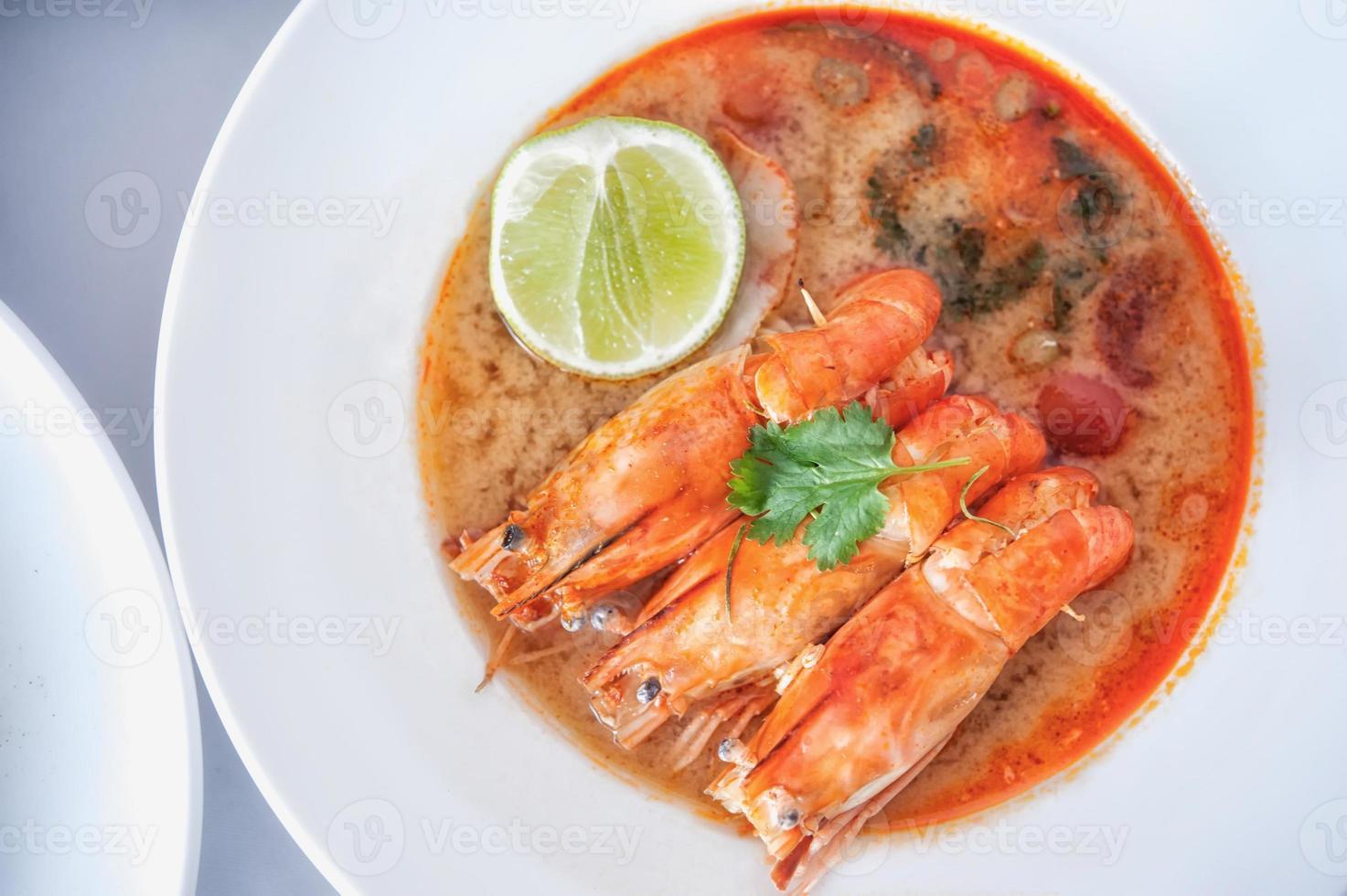 zuppa calda e acida e gamberetti in acqua condensata, tradizione thailandese foto