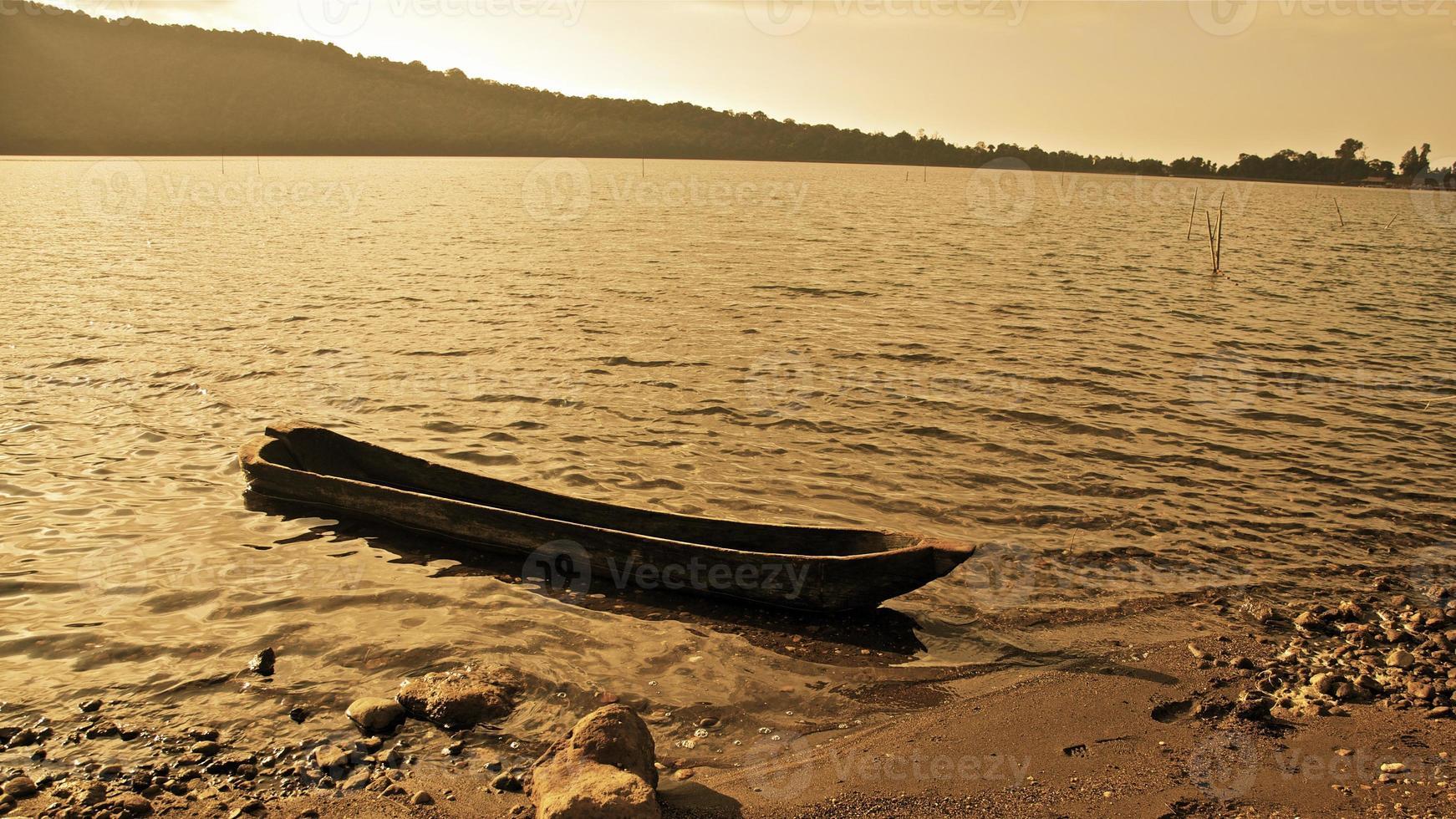 barca da pesca bali indonesia asia bratan barca di legno sull'acqua foto