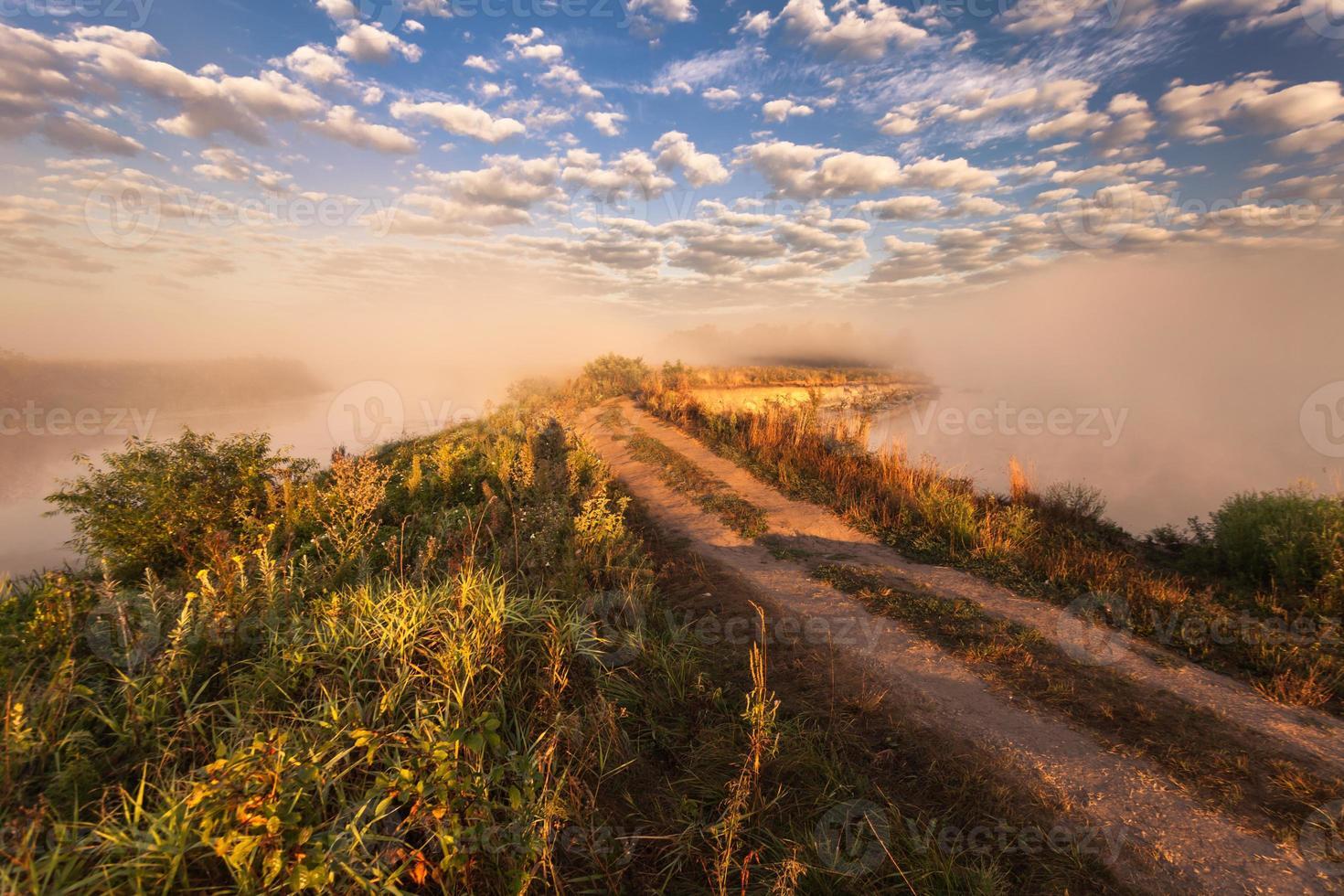 mattina nebbiosa sul fiume e nuvole riflesse nell'acqua foto