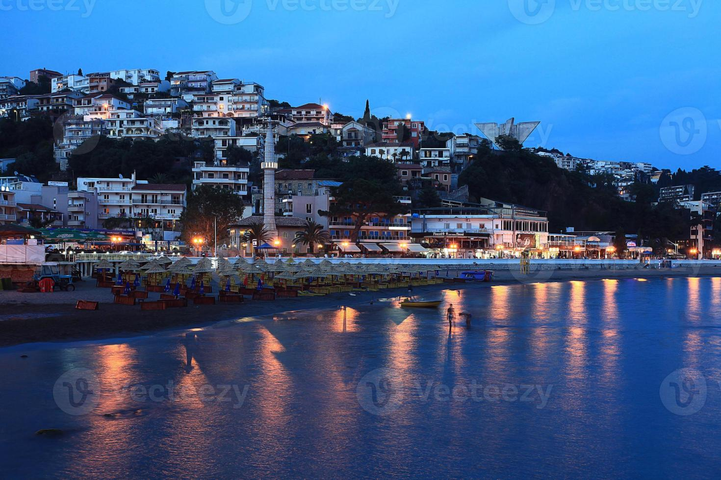 resort di paesaggio notturno in montenegro foto