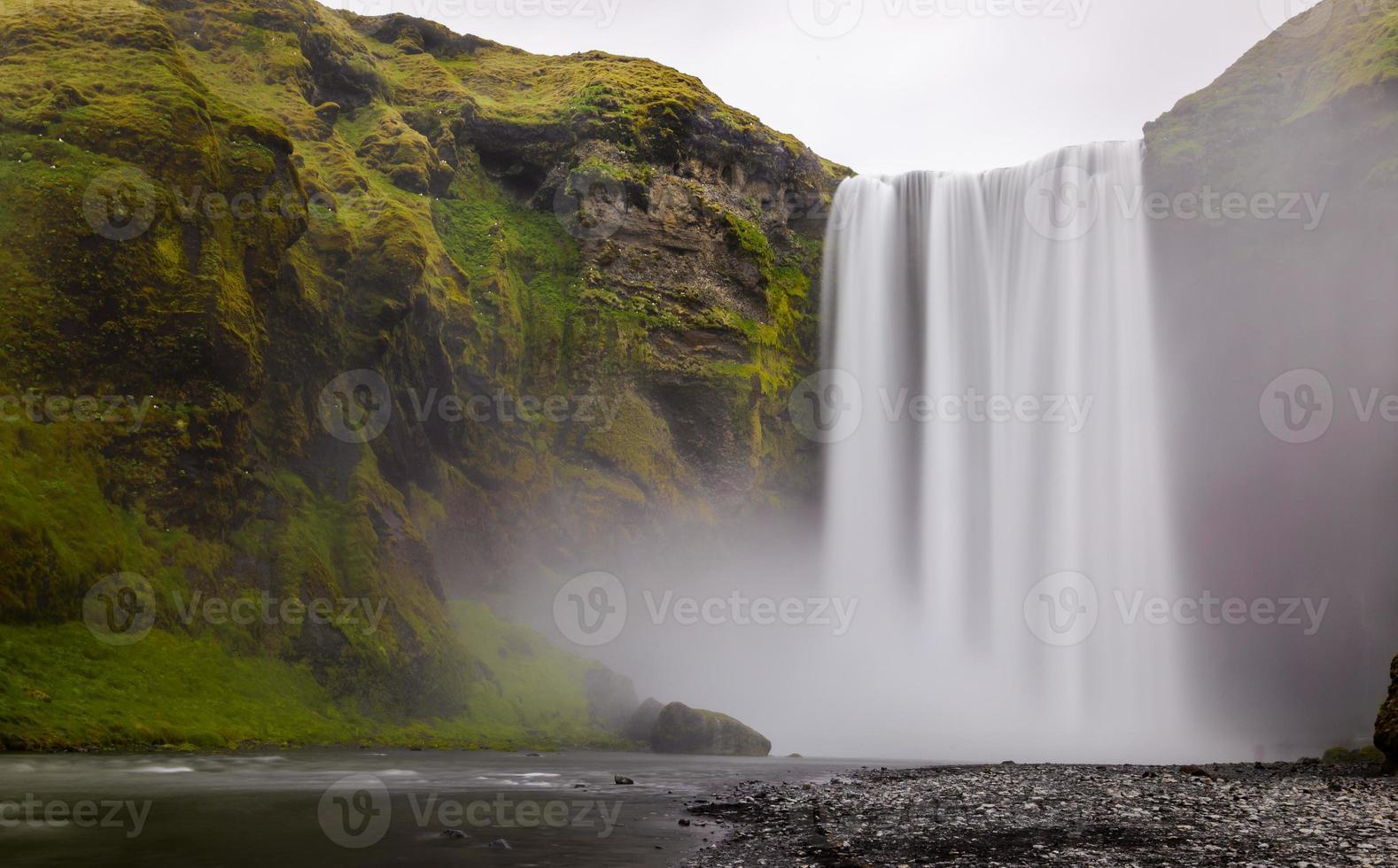 cascata di skogafoss nella parte meridionale dell'Islanda foto