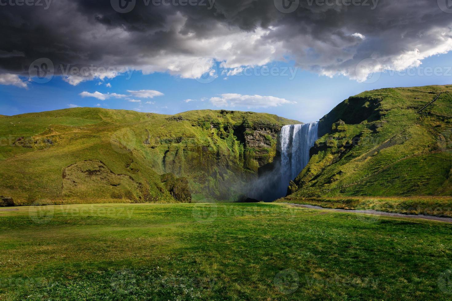 potente cascata skogafoss in islanda foto