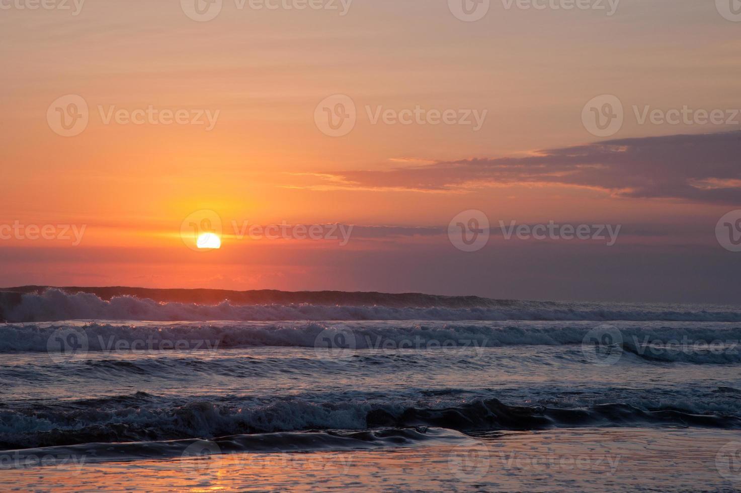 belle onde al tramonto arancione foto