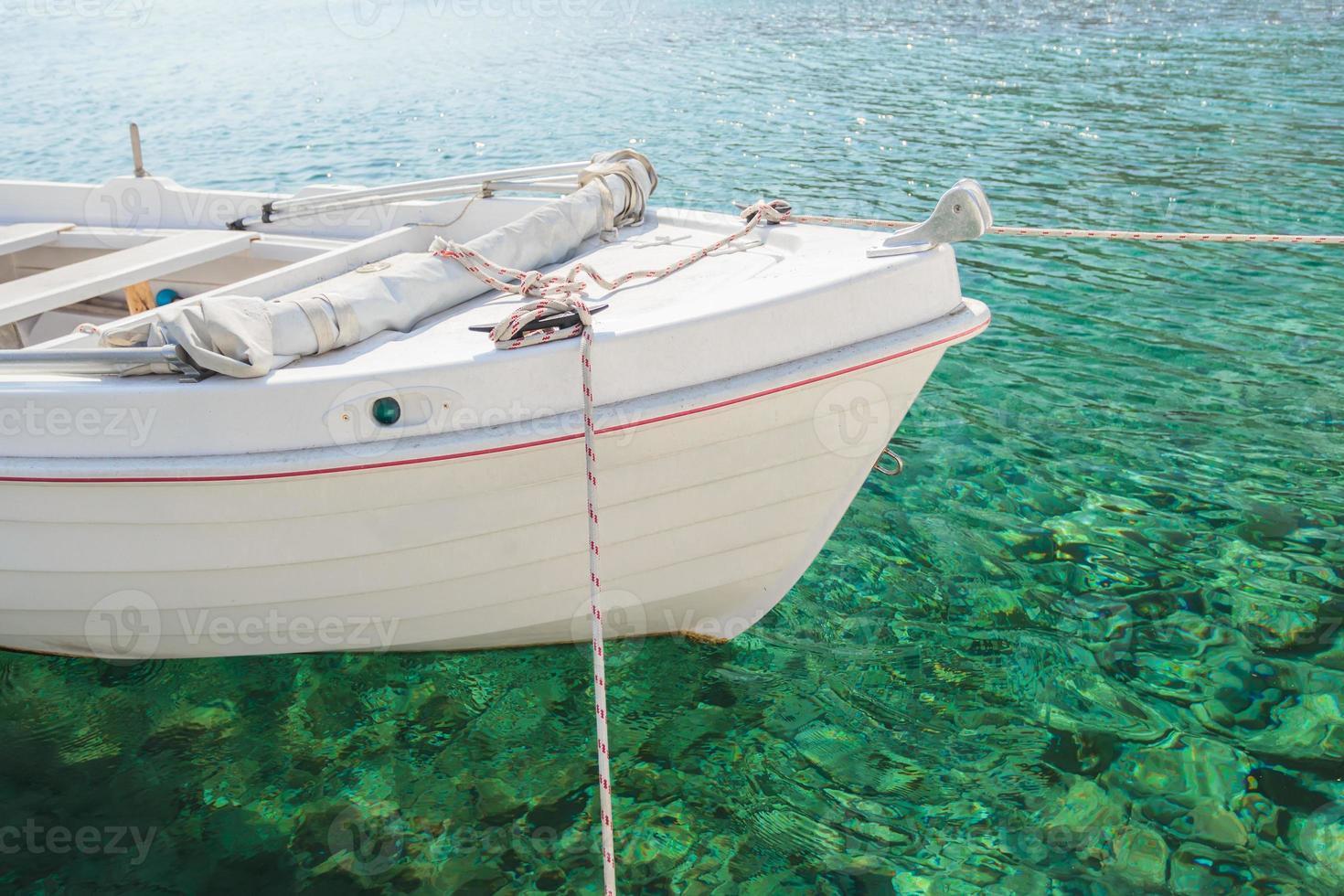 barca bianca galleggiante nella baia dell'isola di Kalymnos foto