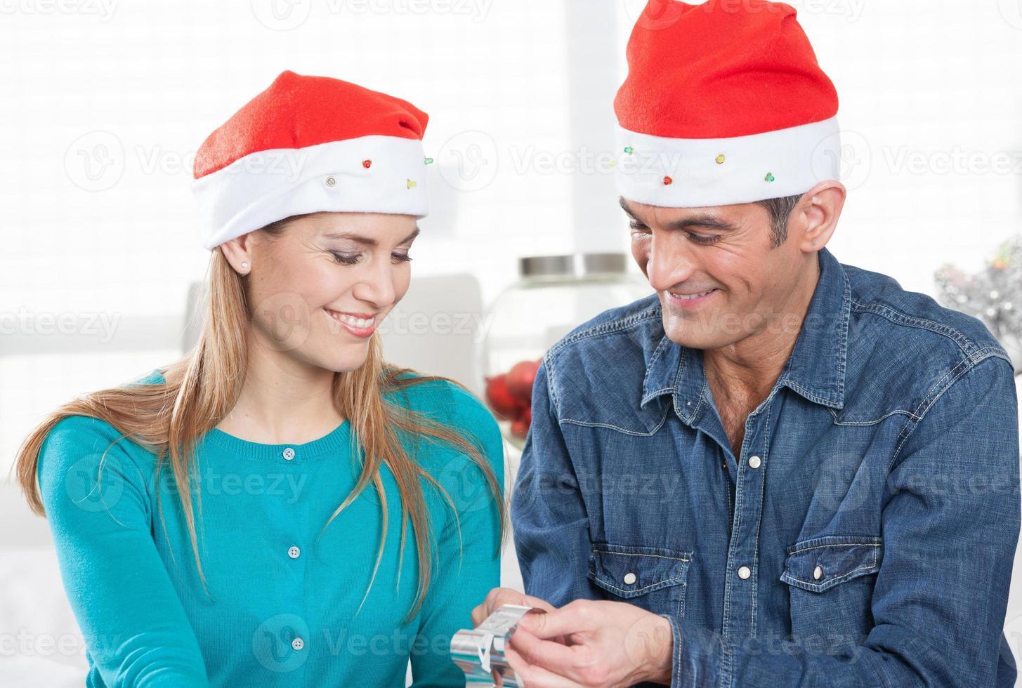 coppia sorridente felice relaxwith regali di Natale a casa foto