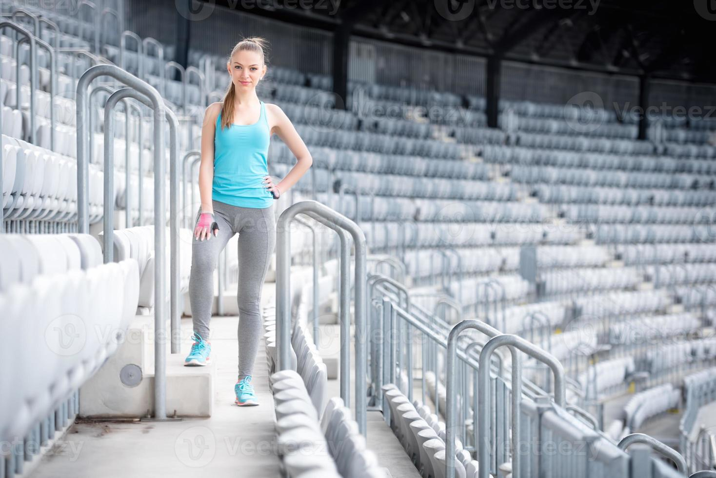 donna che prepara per la formazione su stadio, allenamento fitness. allenamento in palestra foto