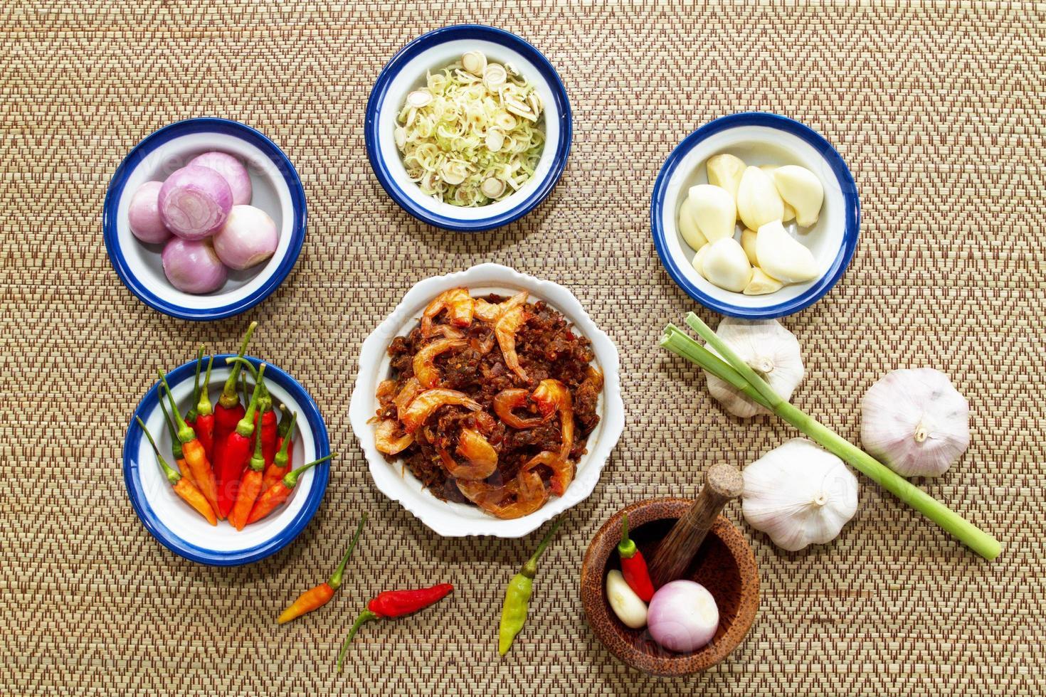 salsa di pasta di gamberi e peperoncino con verdure fresche foto