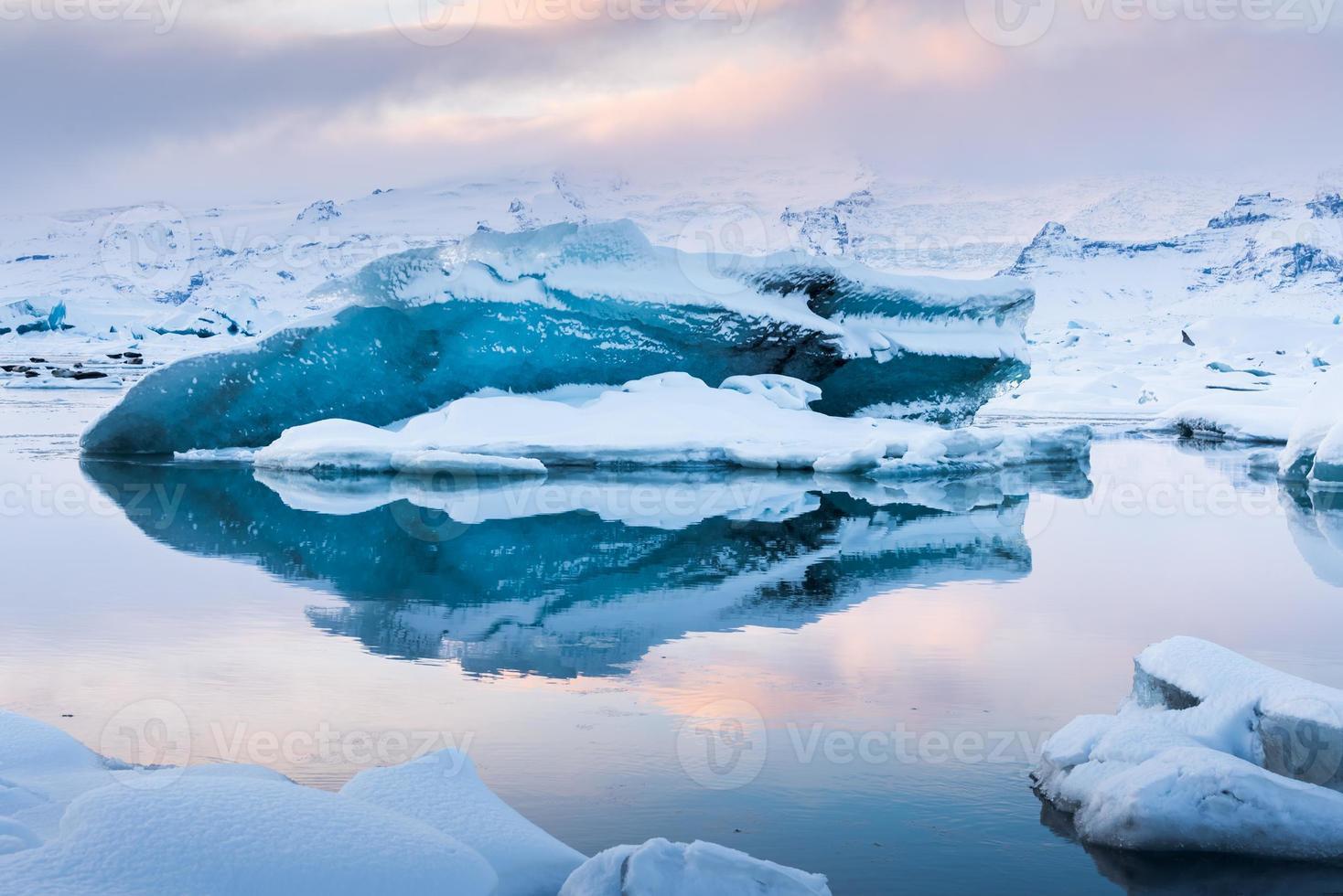 bellissima laguna blu laguna di jokulsaron, islanda foto