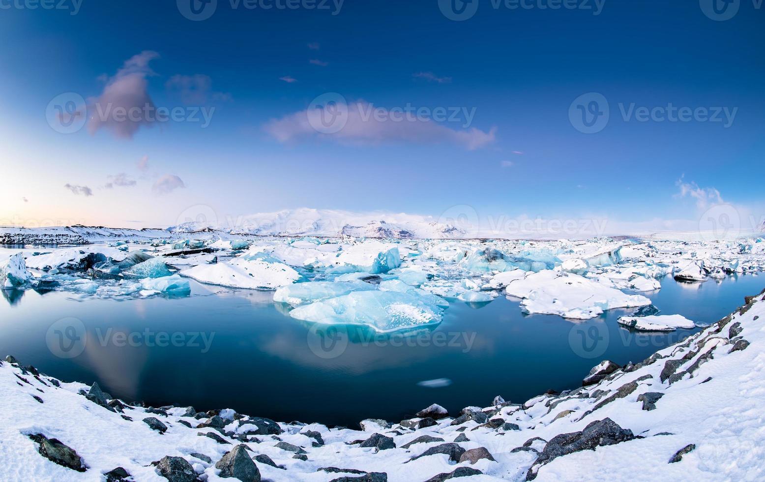 iceberg galleggianti nel lago glaciale di Jokulsarlon al tramonto. islanda del sud. foto