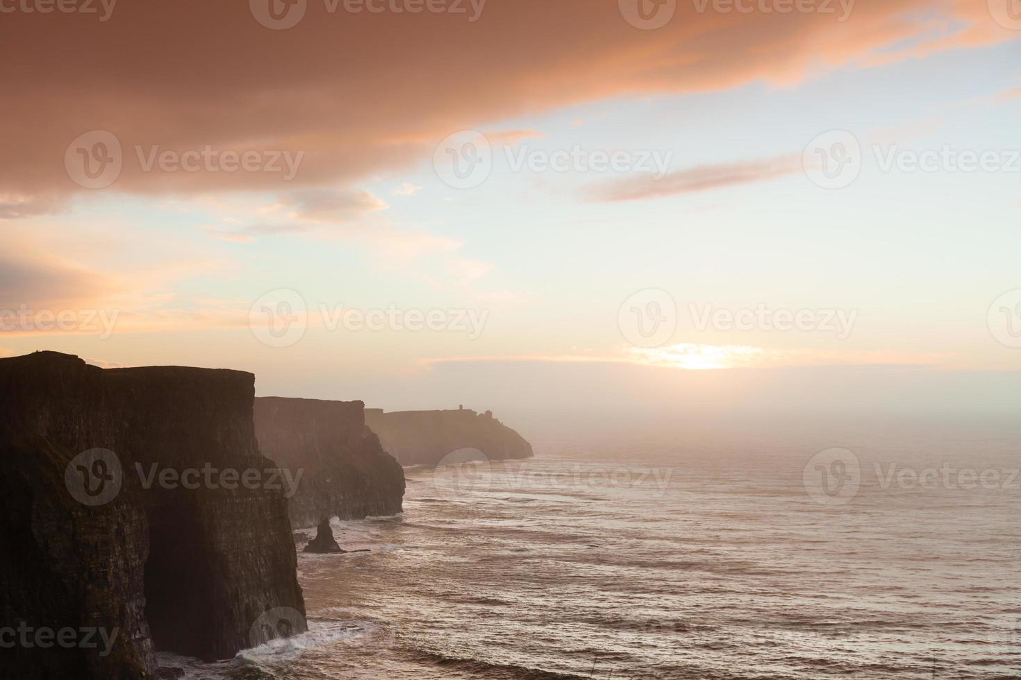 scogliere di moher al tramonto in co. clare irlanda foto