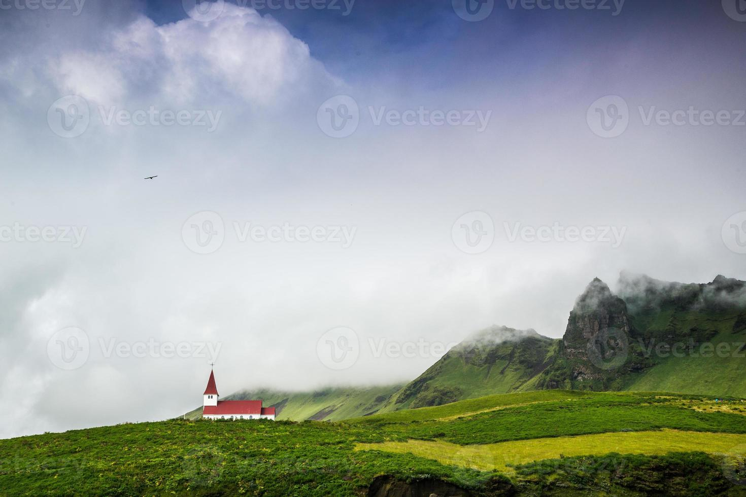chiesa sulla montagna con un uccello. foto