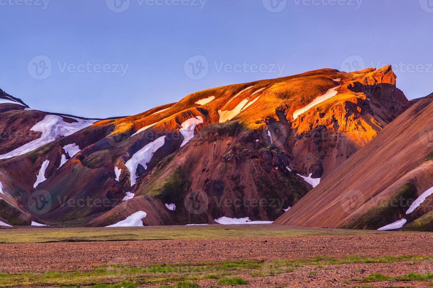 montagne coperte di luce solare calda foto