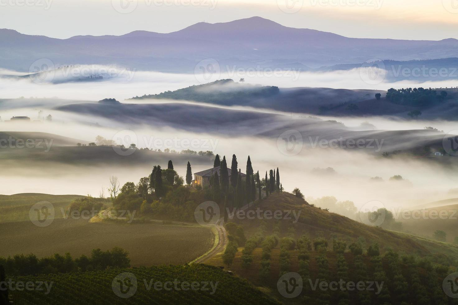 bella mattina nebbiosa in toscana foto