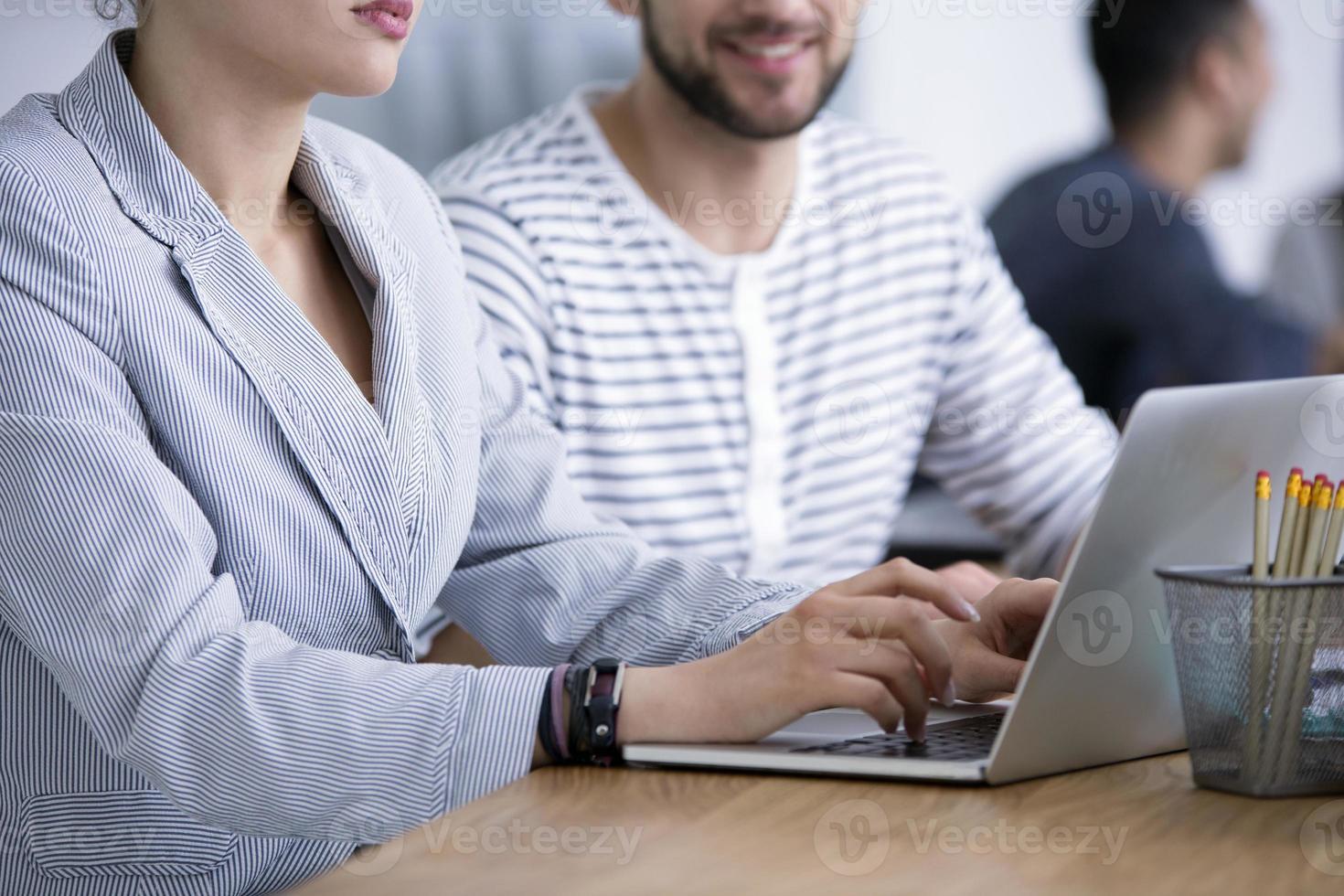 primo piano di imprenditrice utilizzando laptop foto