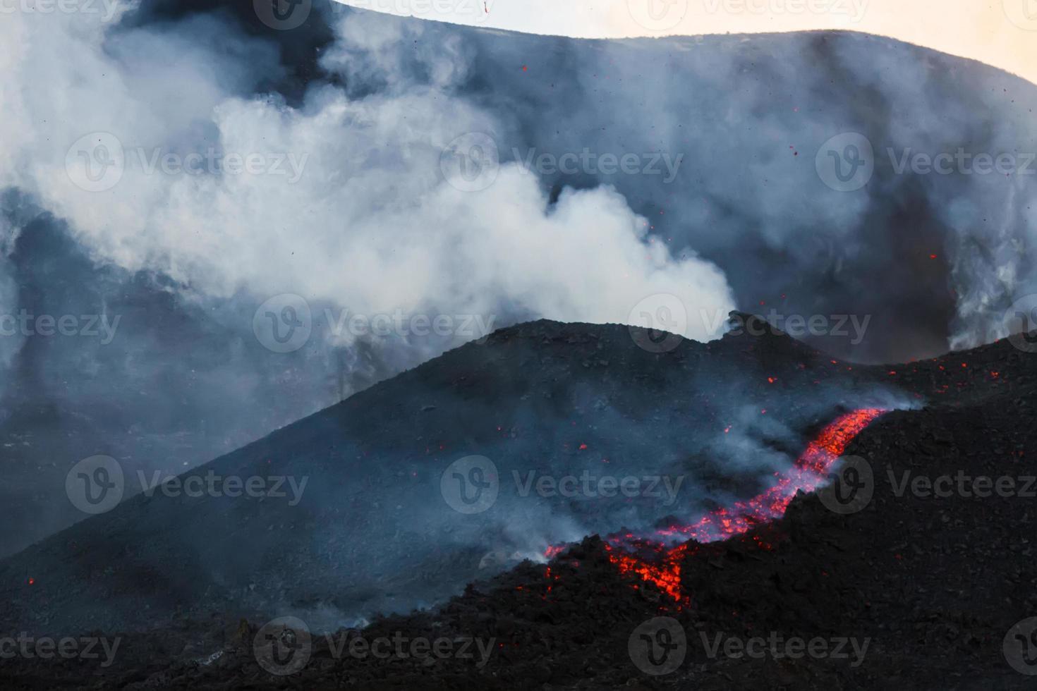 il monte etna produce fontana di lava foto
