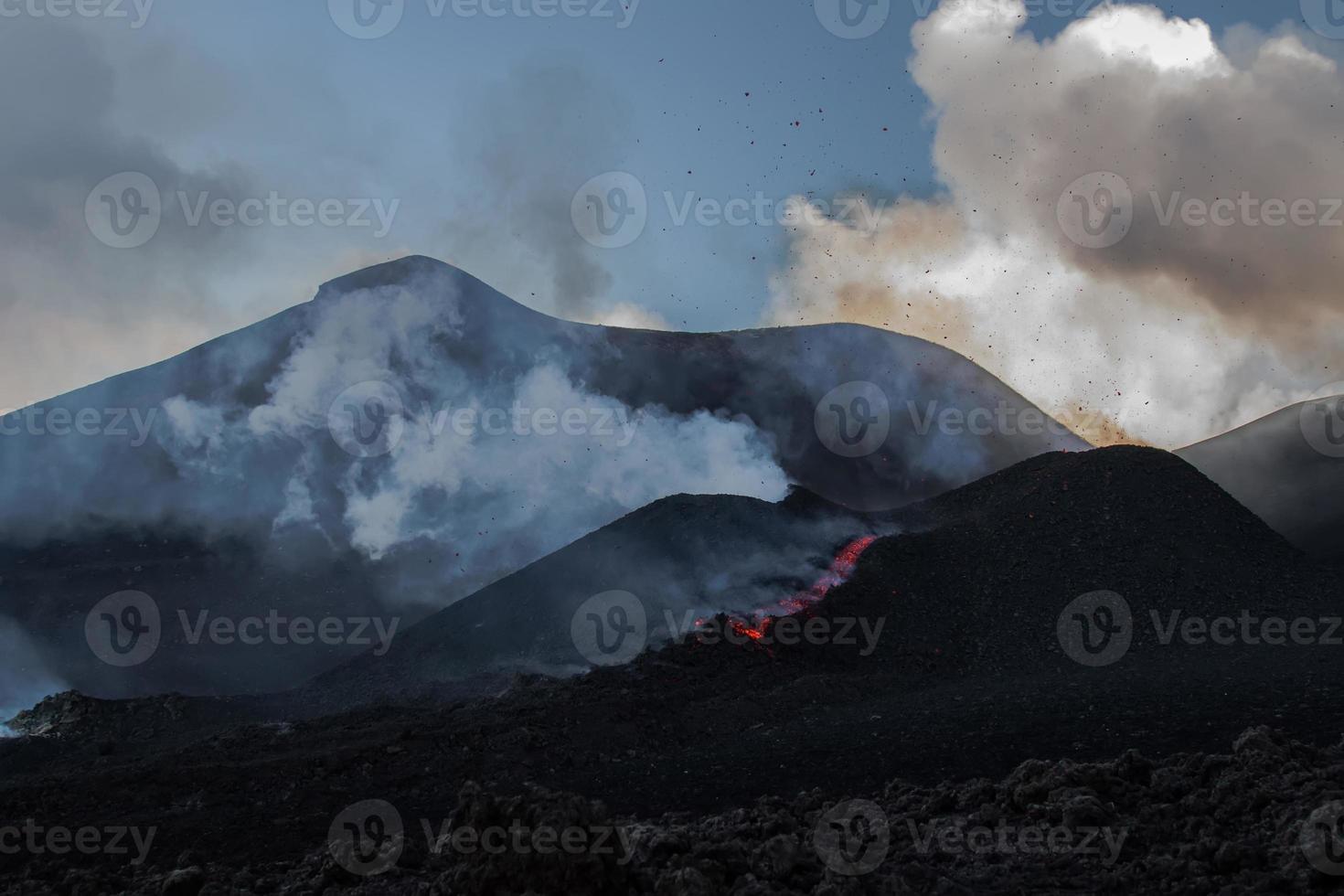 """eruzione del vulcano """"etna"""" in sicilia, italia foto"""