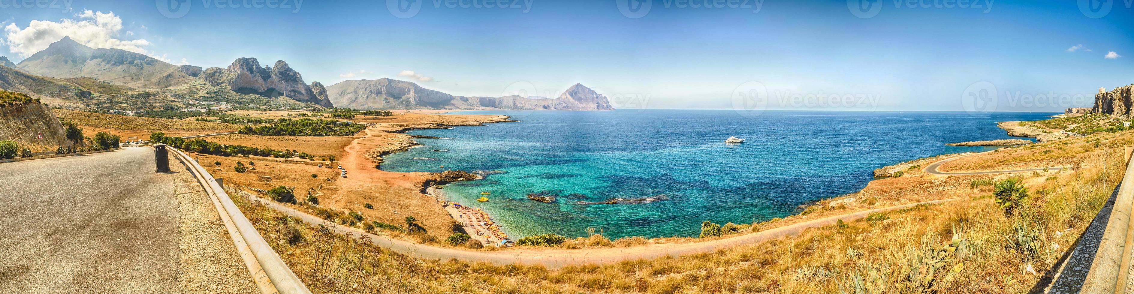 vista panoramica sulla costa siciliana e sul monte cofano foto