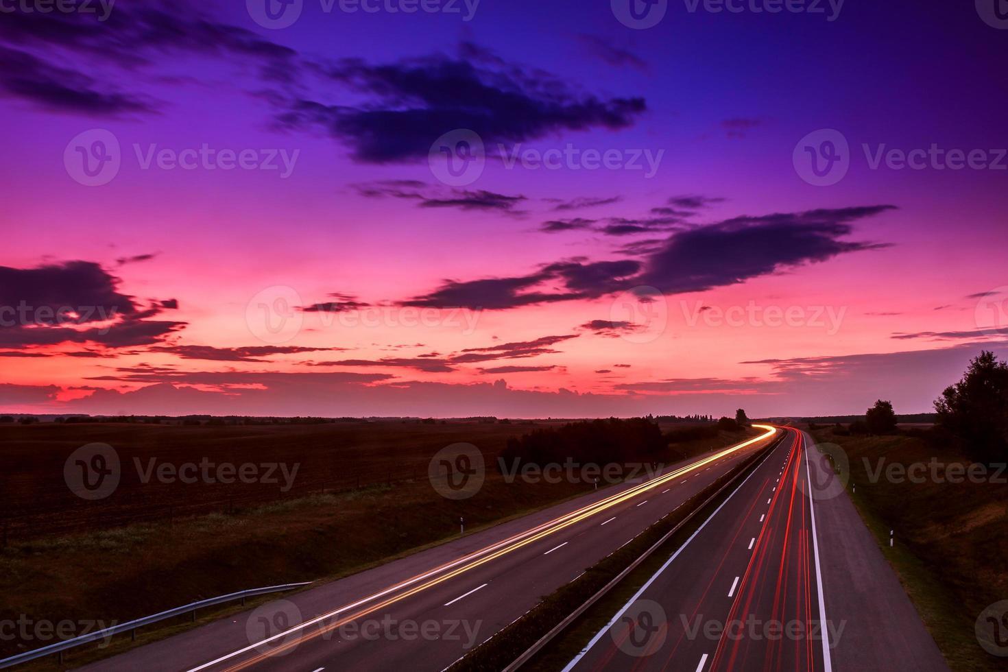 automobili che accelerano su un'autostrada foto