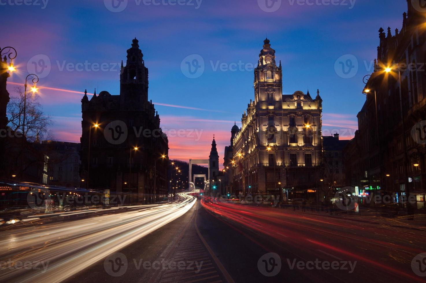 traffico notturno a budapest foto