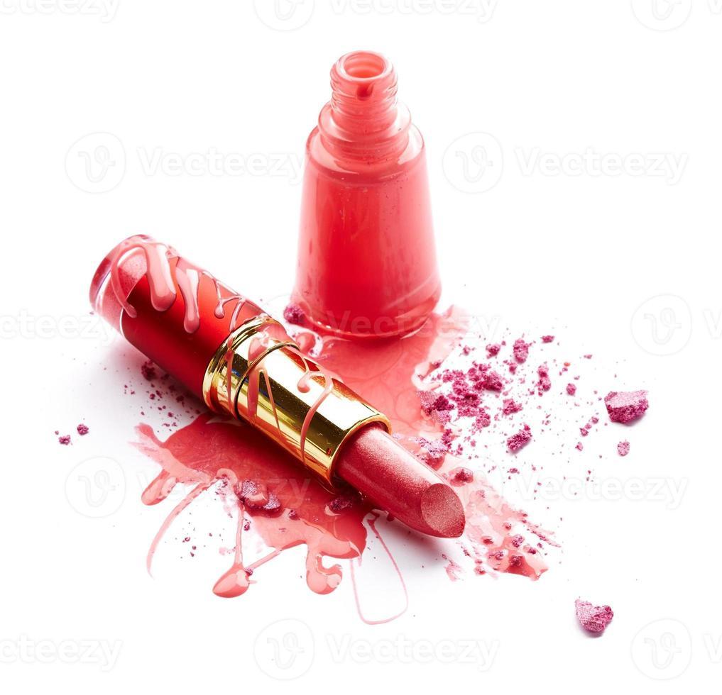 smalto per unghie, ombretto e rossetto foto