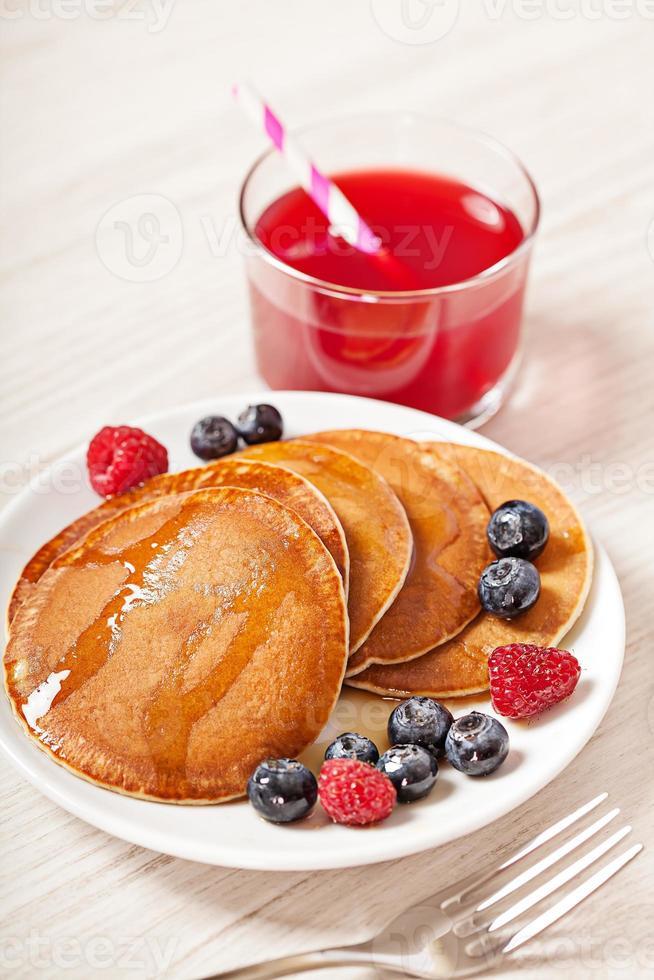 pila di frittelle con colazione ai frutti di bosco foto