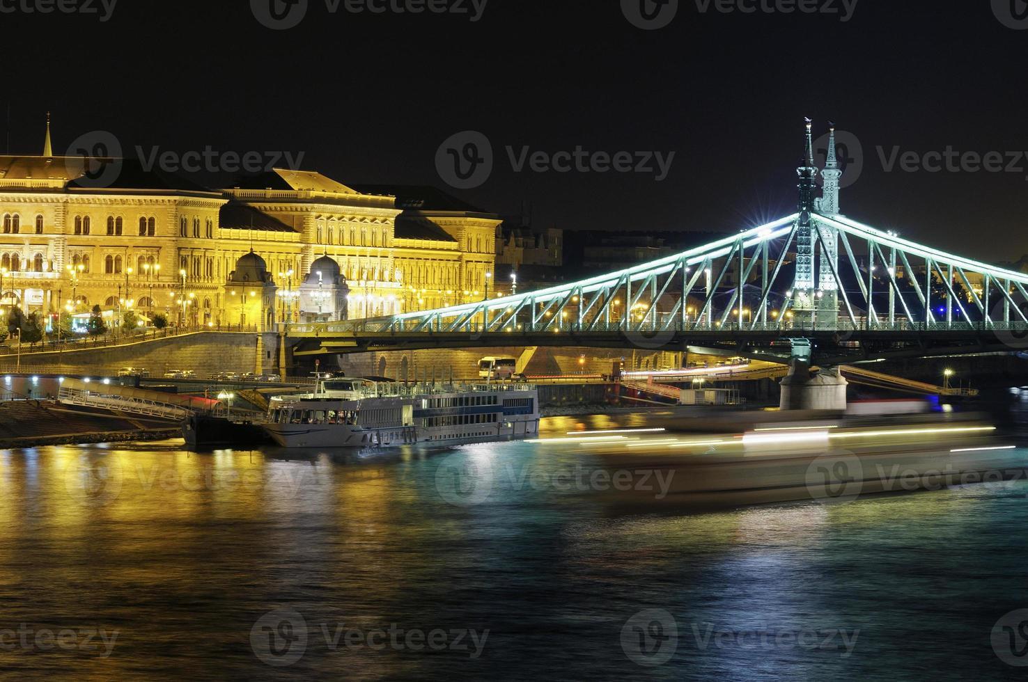 budapest di notte con ponte liberty foto
