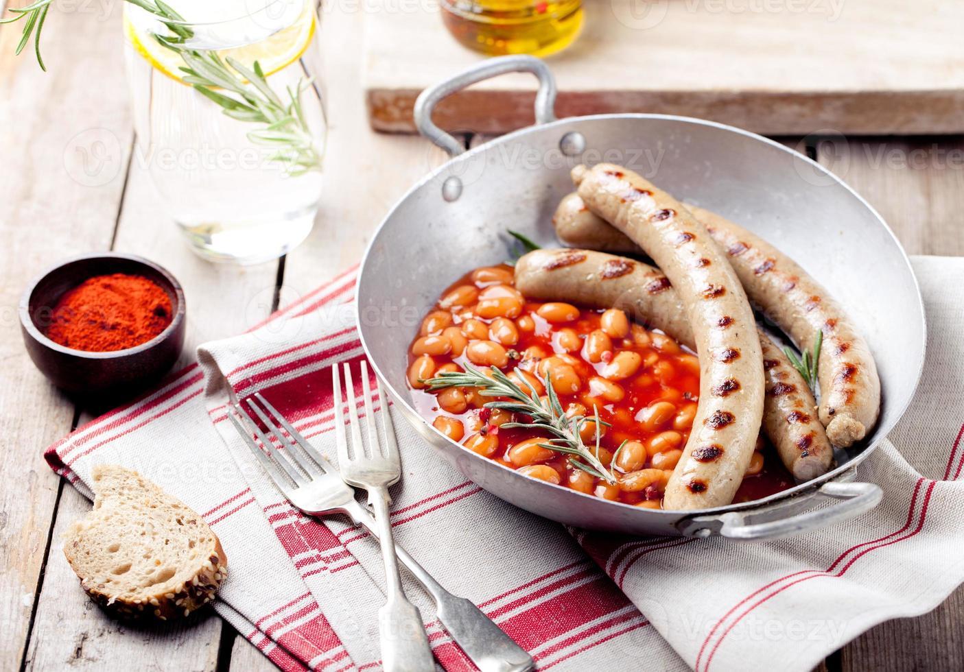 salsicce alla griglia con fagioli in salsa di pomodoro foto