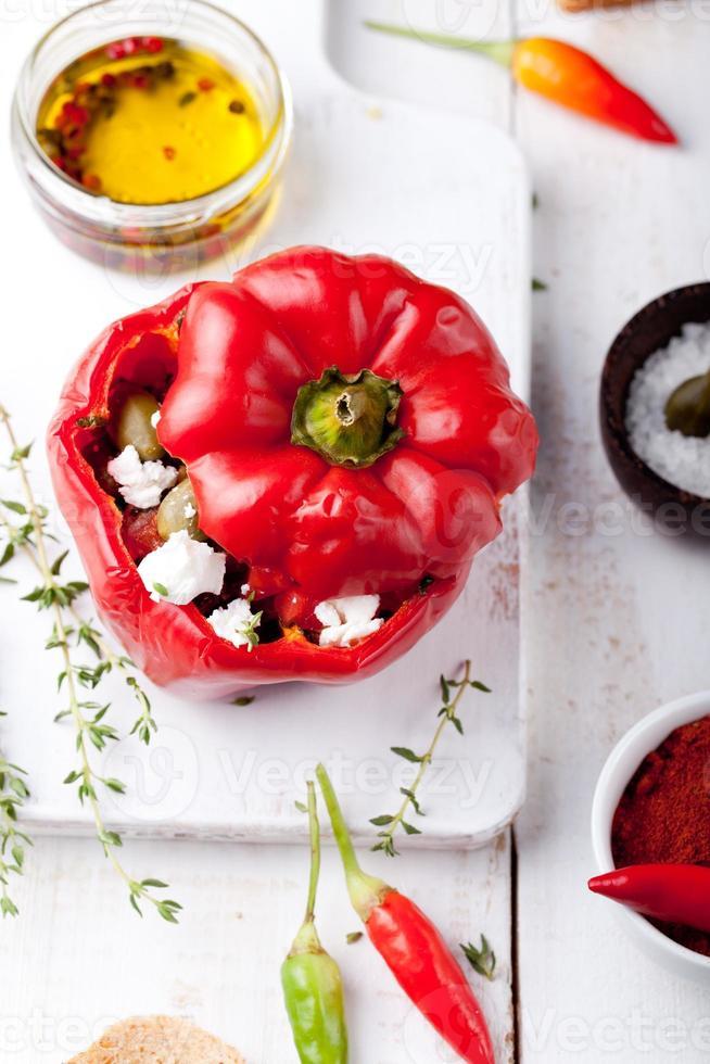 peperoni ripieni al forno ripieni di formaggio, capperi e acciughe foto