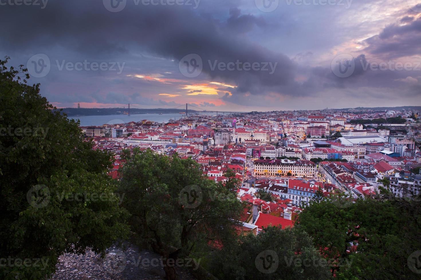 città di Lisbona nel tramonto dall'alto foto