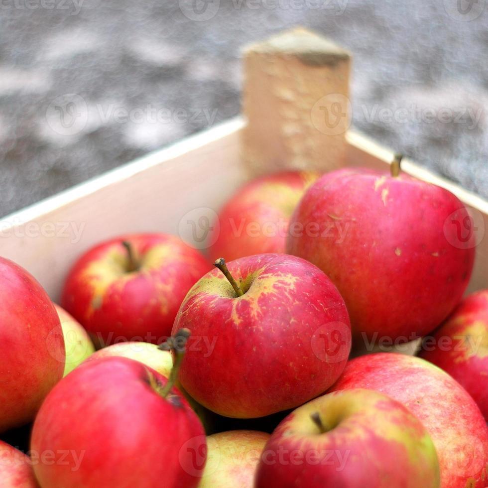 mele rosse nella cassa foto