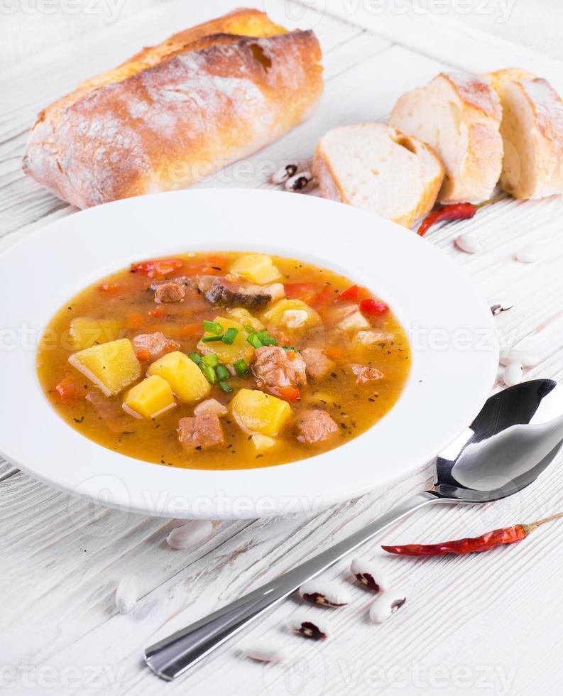 gulasch ungherese con fagioli e peperoni foto