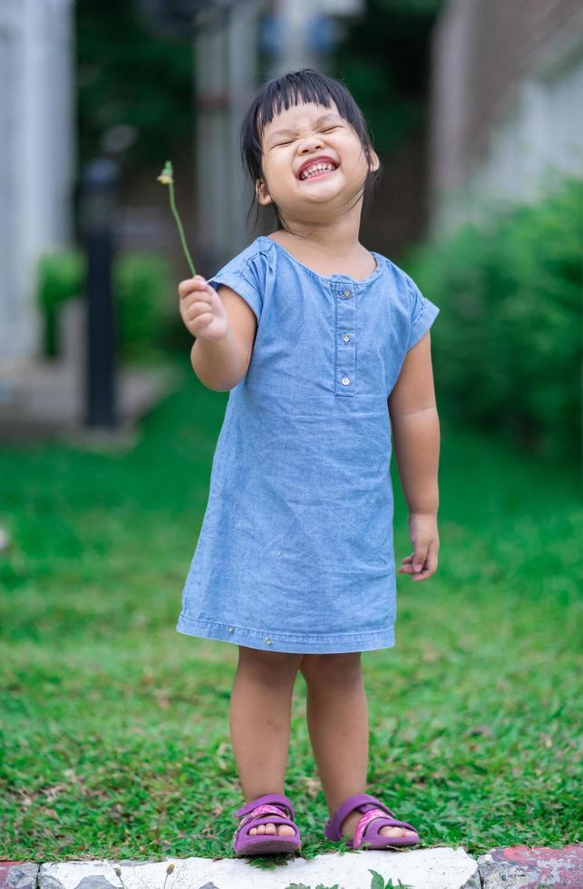 bambina in piedi nel parco foto