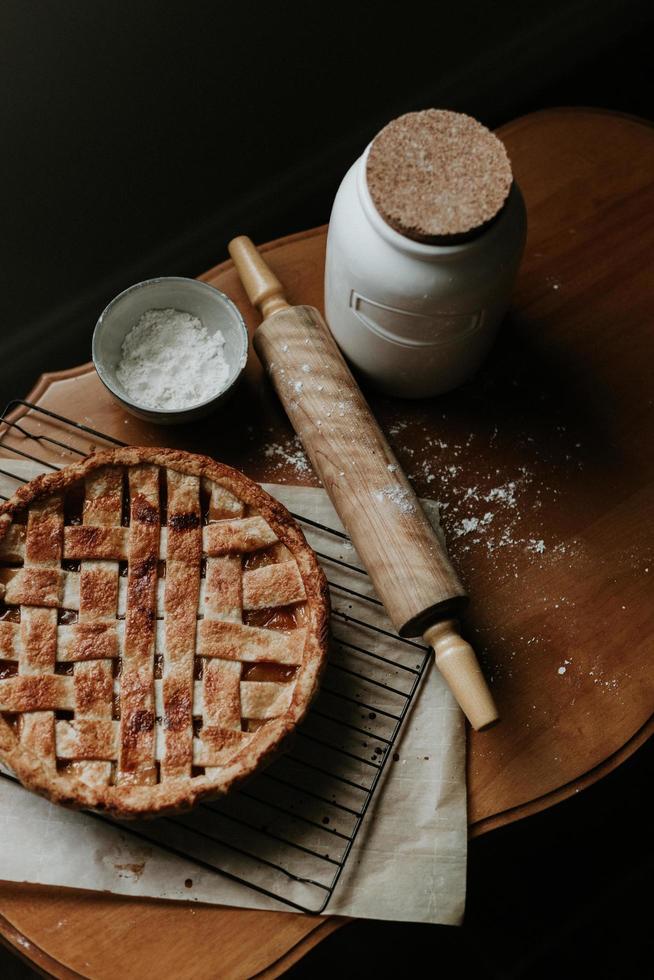 torta al forno fresca sulla tavola di legno foto